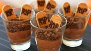 Vegan chocolate mousse with cookies - Halloween