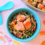 Insalata di orzo con salmone e verdure