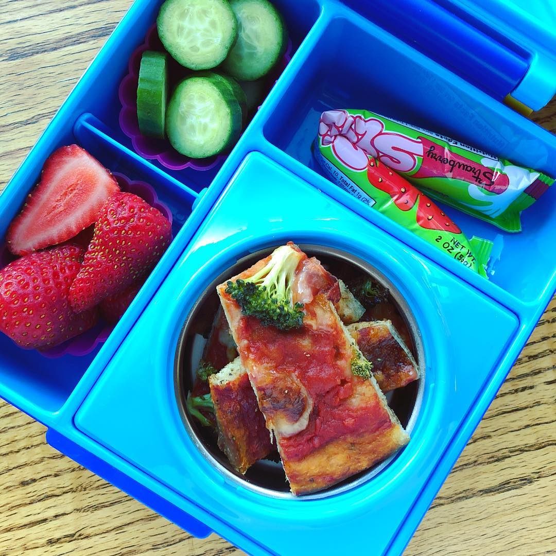 Super simple lunchbox today: whole grain pizza with broccoli and provola cheese made by the kids last night + strawberries+ cucumbers + yogurt. Ready in 5 minutes