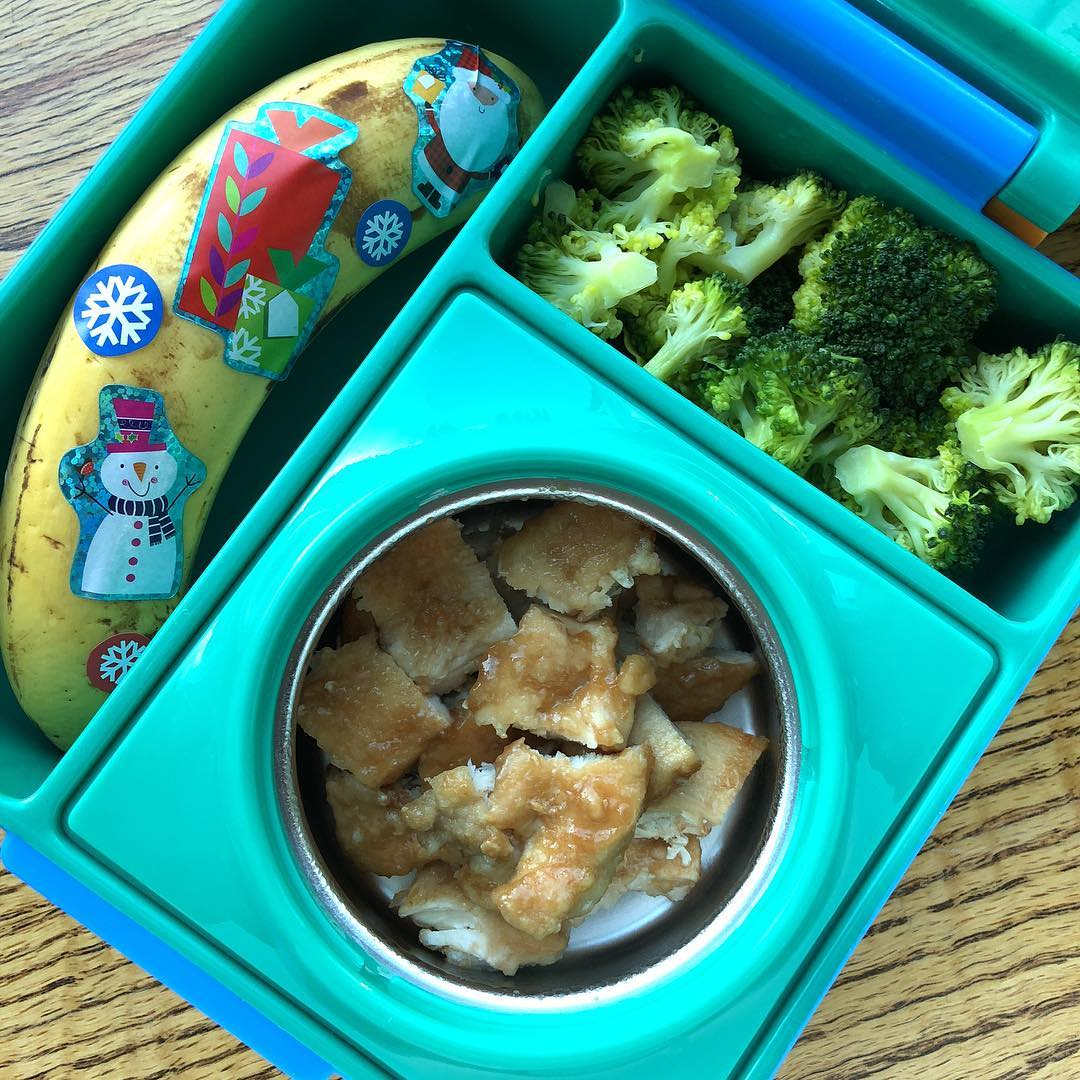 This is the easiest and quickest Christmas lunchbox you can prepare: basically you simply need some holiday stickers 😆😆 Marsala wine chicken (Sicilian recipe, the alcohol is evaporated with a flambé technique…kid friendly 😉👍🏼) + steamed broccoli and Xmas banana