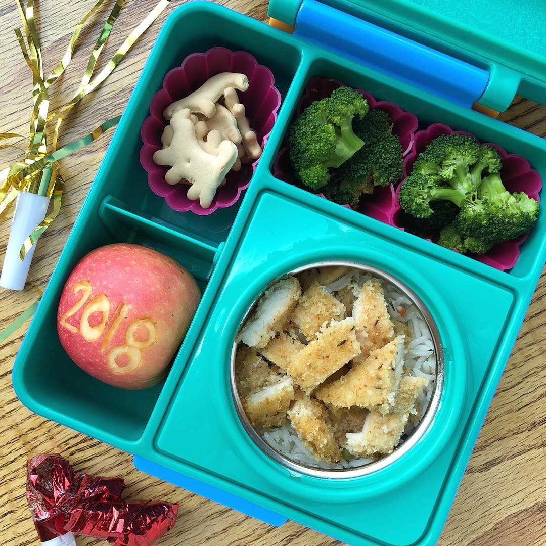 First lunch box of the year 😉 My little one was so happy to go back to preschool today and he asked to take all the toys Santa gave him to show to his friends 😆😆 we negotiated to take only a small flash light 🤣  Baked chicken strips on a bed of rice with veggies + steamed broccoli + apple + animal crackers.  Happy New Year
