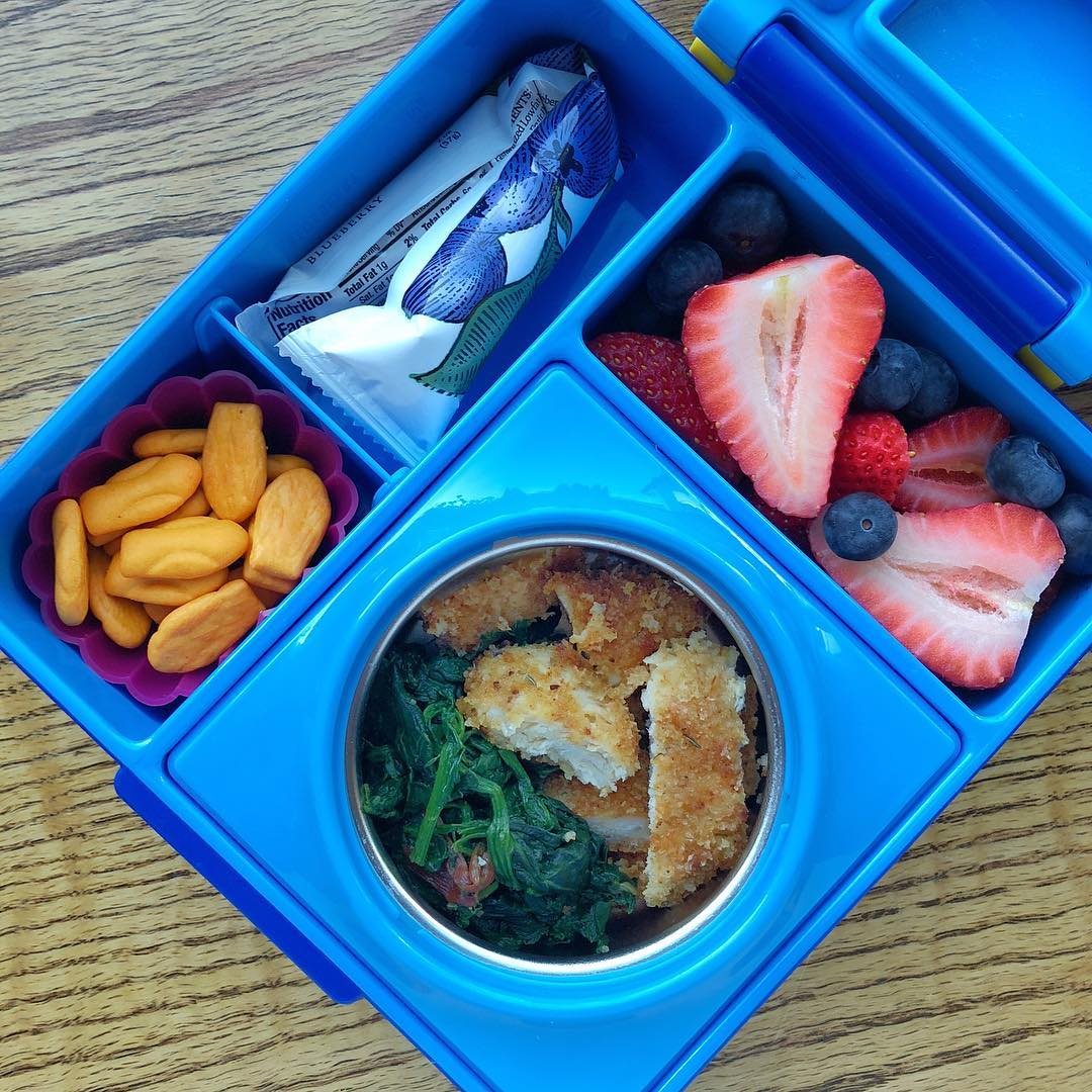 This is one of my kids'favorite bento: baked chicken fingers + sautéed spinach with garlic + strawberries + blueberries + crackers + low sugar yogurt @siggisdairy