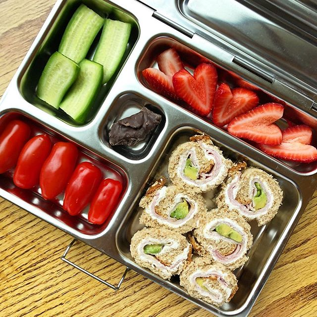 Happy Monday!! It has been a while since I prepared sushi sandwich  Ham avocado and cheese sandwich rolls + strawberries + tomato + mango coated with dark chocolate + cucumbers. Have a wonderful week