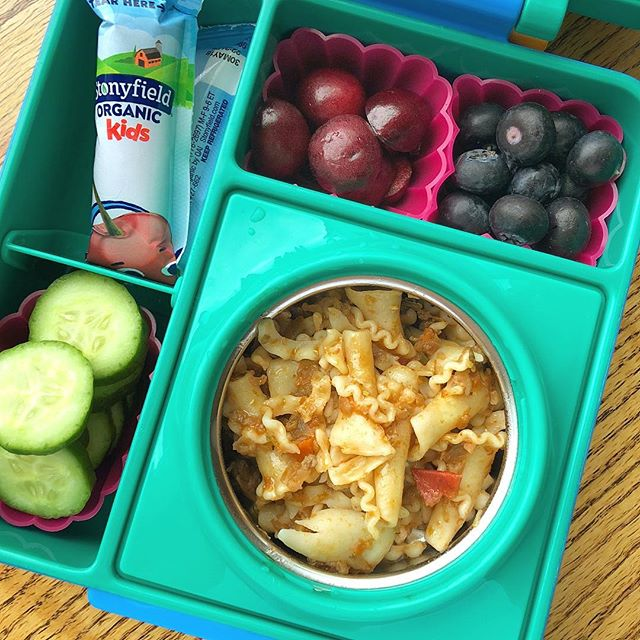 Turkey Vegetable Bolognese pasta (yes, it's the video recipe I recently posted on YouTube 😊) + depicted cherries (we are back to no pit 🤷‍♀️) + blueberries + cucumbers + low sugar yogurt @stonyfield