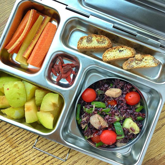 Back to school = new lunchbox recipes to  motivate the kids 😉 Black Venere rice salad with tuna and veggies (I will post the recipe today!!) + plums + gojis berries + carrots + cantucci cookies.  Colorful and fun