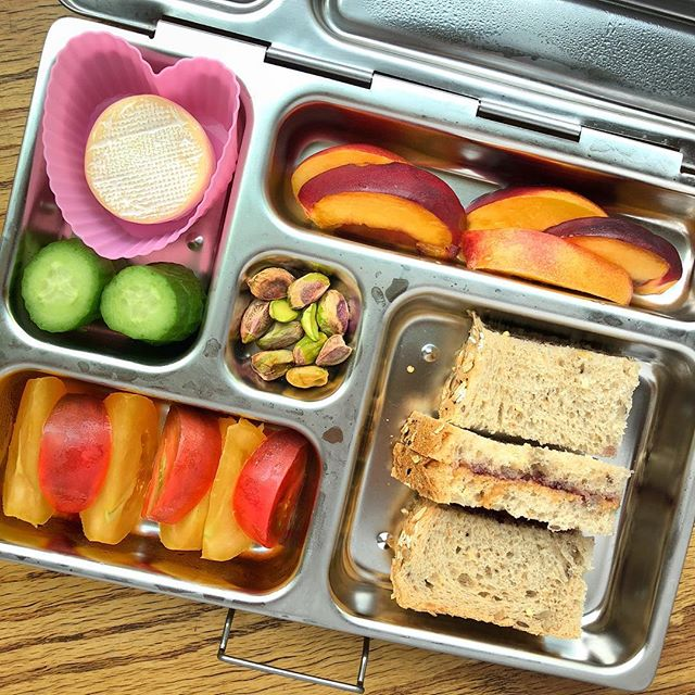 My oldest expressly requested the peanut butter and jelly sandwich 🥪 Involving your kids in the lunchbox preparation is a good way to make them excited about what they eat…and eat more!! To balance the pb&j sandwich I offered a mini Brie cheese with cucumbers + peaches + yellow red tomatoes + pistachios. Have a great Wednesday