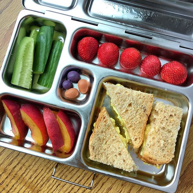 Egg salad toast + peaches + cucumbers + strawberries + berries coated with chocolate.  My kids don't like boiled eggs…I tried few times and they always refused them. Sigh. Boiled eggs are not only a great source of nutrients but they are sooo easy to cook and pack for the lunchbox ☹️😜 So, being a stubborn mama, I like trying new ways to offer them boiled eggs…sometimes simply changing the texture, adding one ingredients or playing with the presentation really makes the difference for out kids! Let's see what will happen today