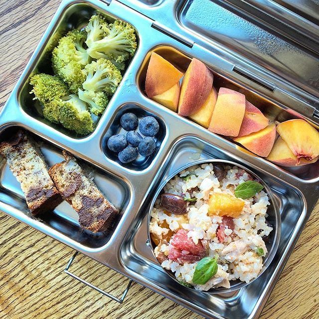 Good Monday!!! It's still super warm here 😓☀️☀️ So we keep going with summer fresh lunchbox ideas 😬 sprouted brown rice tuna,tomato,feta,olive salad + steamed broccoli + homemade banana bread (recipe coming sooon) + peach + blueberries.  Have a great beginning of the week