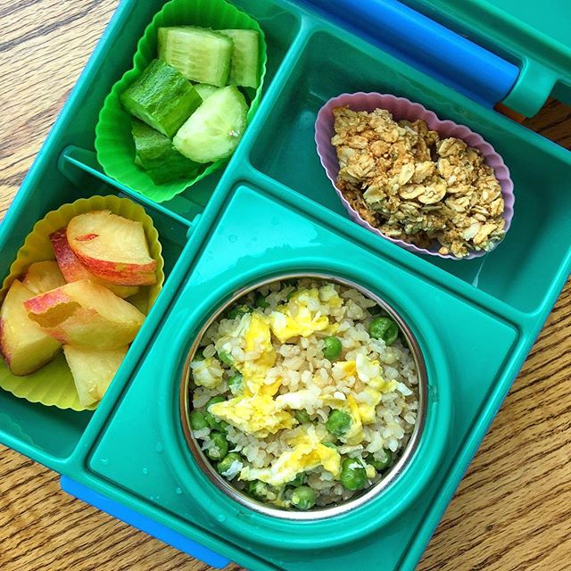 Let's start with some warm ideas: sprouted fried brown rice with peas and eggs. + homemade oat bars (I posted the recipe few days ago) + cucumbers + plums tip: I use a lot silicone cups to contain food in my for many reasons. 1. They contain food = the food doesn't get mixed up = the kids don't complain 2. It gives color. Sometimes the food is on the brownish side, so the container helps me brightening the lunchbox, making it more appealing and fun for the kids. 3. Reduces the food quantity. I know my kids and they don't eat big quantities at lunch. The silicone containers help me filling the lunchbox (it looks more appealing) without giving them too much food that will not be eaten.  Do you like silicone containers too?