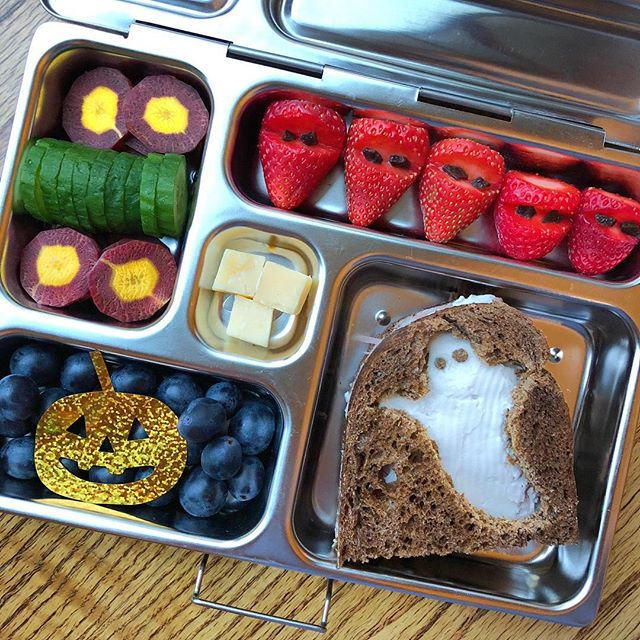It's officially started: it's Halloween season 🕷🧙🏻‍♀️🕸🎃 Stay tuned for spooky and fun lunchbox ideas!! Today we have: ham and cashew cream cheese pumpernickels bread ghost + ninja strawberries with chocolate + Parmesan cheese witch bites + jack-o-lantern grapes + carrot and cucumbers eyes. Ciaoooo