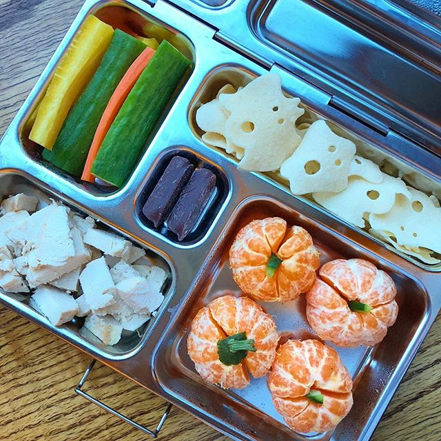 Mandarin pumpkin patch 😁 and ghost potato chips @traderjoes will give a spooky touch to the lunchbox 😉 In addition roasted chicken bites + cucumber and carrot medley + orange zest coated with dark chocolate.  Have a gorgeous Wednesday everyone